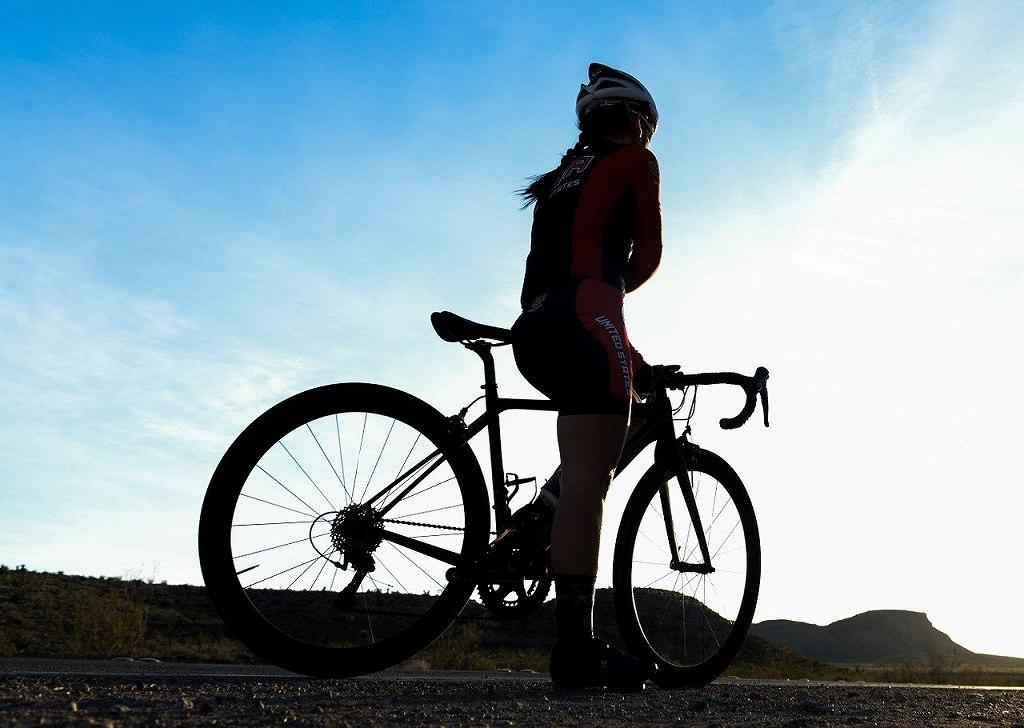 ロードバイクにまたがる女性