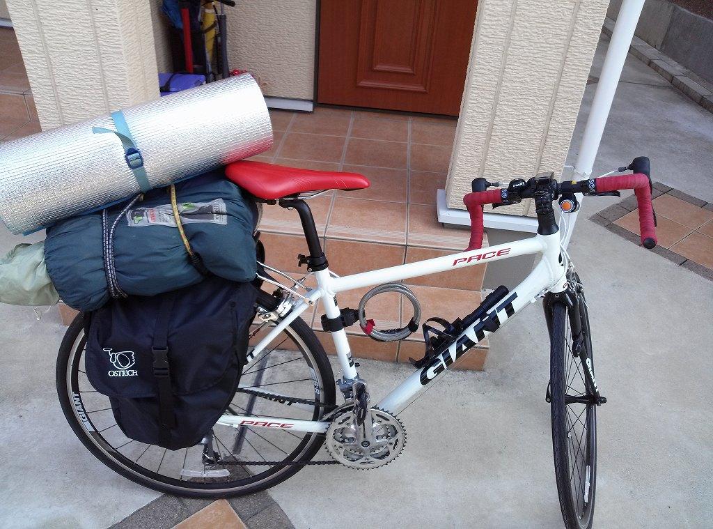 ロードバイクにテントとパニアバッグを載せた写真