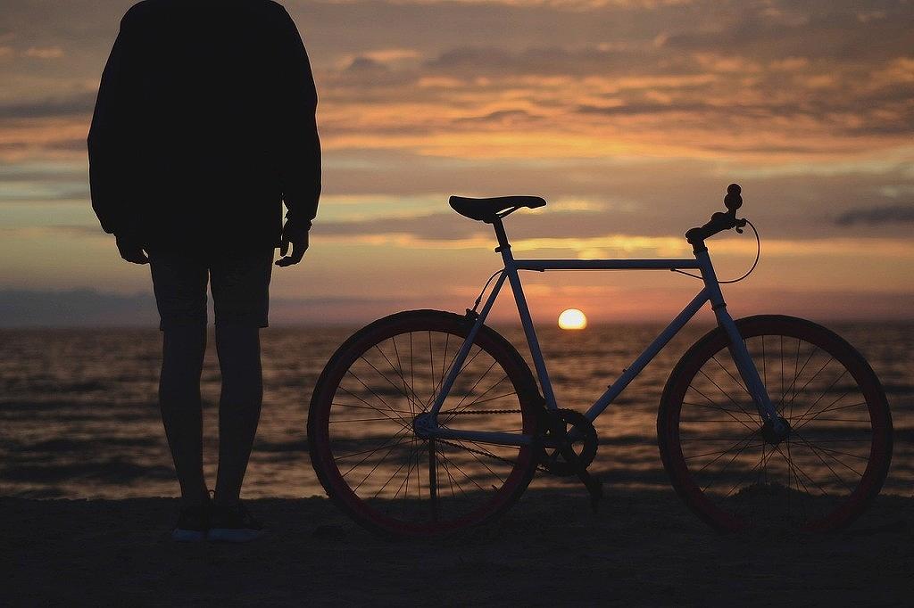 海に沈む夕日と自転車と私
