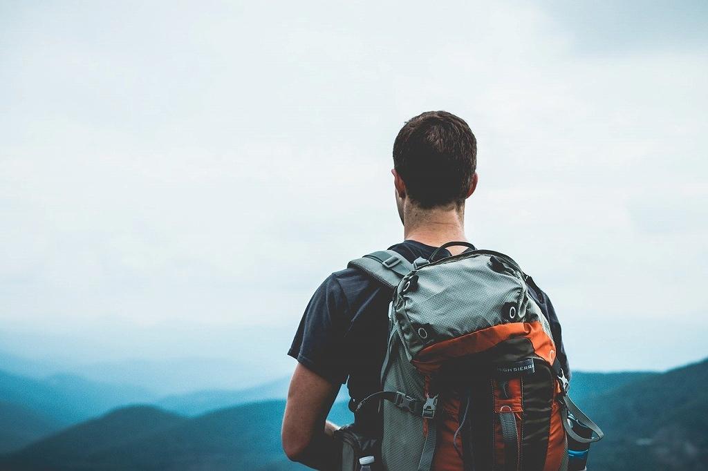 一人旅に出かける人