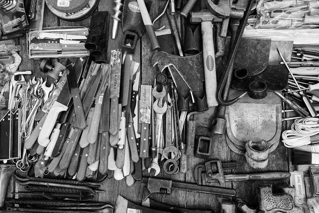 工具がたくさんある机
