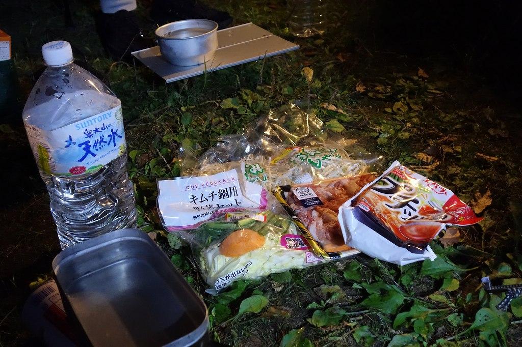 キャンプ場でキムチ鍋を調理