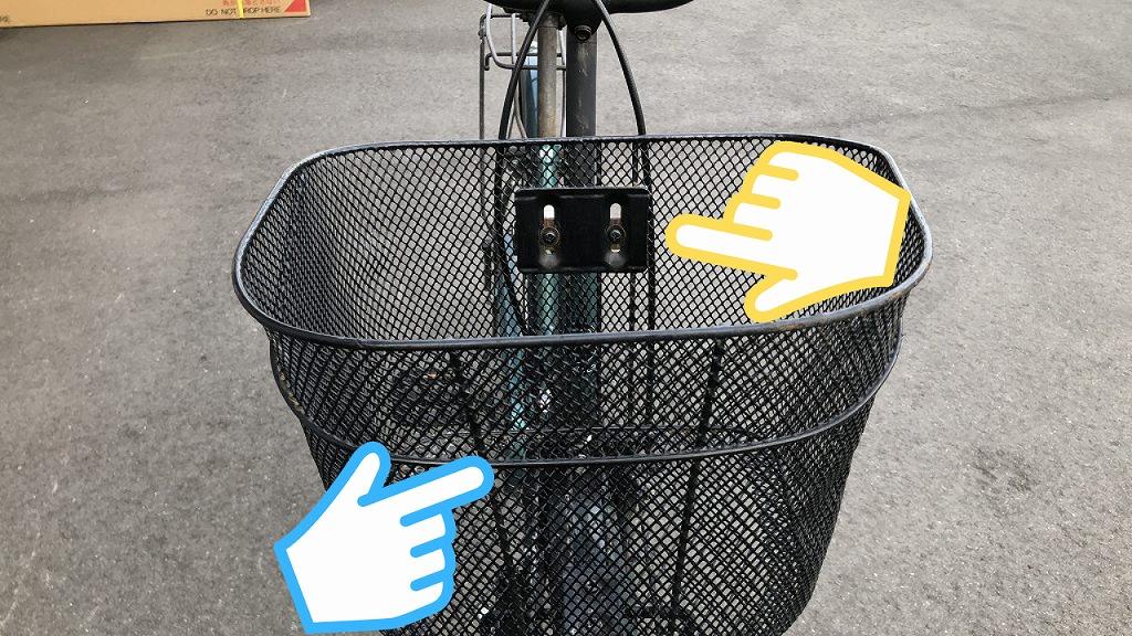 自転車のカゴのボルトを締める